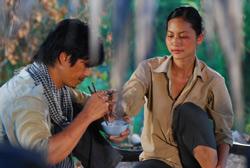 """Diễn viên Dustin Nguyễn và Diễn viên Đỗ Hải Yến trong  phim """"Cánh Đồng Bất Tận"""". Photo courtesy of BHD."""
