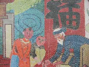 Hình ảnh Ông Đồ ngày xưa được ghép lại bằng những mảnh sứ nhỏ. RFA PHOTO/Mặc Lâm.