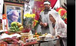 Bà Phạm Thị Nhu, vợ cố thi sĩ Hữu Loan, bên bàn thờ chồng. Photo courtesy Saigon Tiếp Thị online, by An Bình.