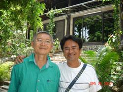 Nhà thơ Nguyễn Hữu Hồng Minh (phải) và đạo diễn Hồ Quang Minh. Photo courtesy of nguyenhuuhongminh.com.
