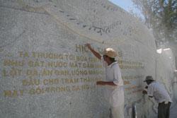 """""""Hịch Tướng sĩ"""" của Trần Hưng Đạo được khắc ghi trên phù điêu mới dựng tại công viên Bạch Đằng (Nha Trang). Ảnh: Trúc Nam Sơn/VietNamNet."""