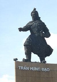 Tượng Trần Hưng Đạo của điêu khắc gia Phạm Thông dựng vào giữa thập niên 1960 tại bến Bạch Đằng, Sài Gòn. Photo courtesy of Wikipedia.
