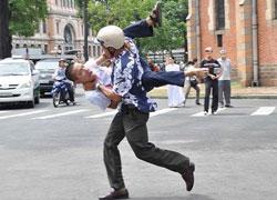 Công an chìm bắt anh Phan Nguyên trong lúc đang biểu tình tại Sài Gòn ngày 12/06/2011. Source Nguyễn Bá Chổi (danlambaovn).