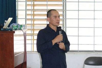Hoạ sĩ thiết kế Nguyễn Tri Phương Đông trong một lần giảng dạy tại VN. Courtesy photo.