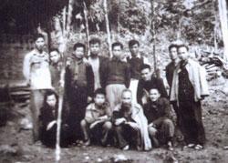 Hàng đầu từ trái qua: vợ Hà Xuân Trường, Lê Ðạt, Hồ Chí Minh, ngoài cùng bên phải là Trường Chinh, hàng sau đứng đầu bên trái là Hà Xuân Trường. Hình do Tác giả cung cấp.