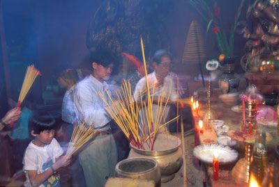 Người dân đi lễ chùa trong ngày năm mới. Ảnh chụp tại một ngôi chùa ở thành phố Hồ Chí Minh hôm 11/3/2016.