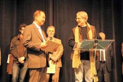 Ông François Bourgeon, Chủ tịch danh dự Festival và Trưởng Hội đồng tuyển chọn, trao Giải thưởng cho nhà văn Bùi Ngọc Tấn qua dịch giả Tây Hà. Photo courtesy of blog Bùi Ngọc Tấn.