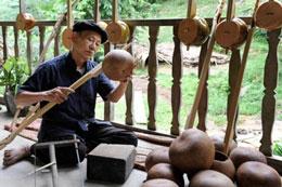 Nghệ nhân làm đàn tính ở Cao Bằng. Ảnh: Hồng Gấm/LĐ