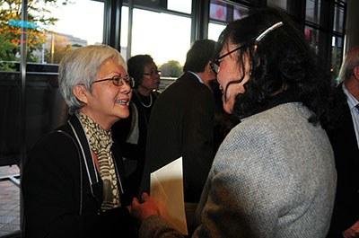 Nhà văn, nhà báo Trùng Dương (trái) tại buổi ra mắt phim Vietnamerica ở  Newseum, Washington DC. Photo courtesy of Người Việt/Hà Giang.