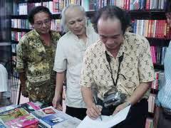 Nhà thơ Nguyễn Trọng Tạo ký sách tặng GS Sử học Bùi Thiết . Source sachhanoi.com