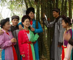 Một buổi Hát xoan ở Phú Thọ. Photo courtesy of lehoi.cinet.vn.