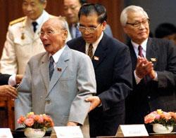 Tổng bí thư Nông Đức Mạnh (giữa), cựu Chủ tịch nước Võ Chí Công (trái), và Cựu thủ tướng Võ Văn Kiệt (phải) tại hội nghị BCH đảng CSVN lần thứ 9. AFP PHOTO.