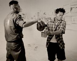 Tấm hình được tái tạo từ tác phẩm nổi tiếng của Eddie Adams chụp cận cảnh tướng Nguyễn Ngọc Loan và ông Bảy Lốp, một đặc công cộng sản (Brian Doan trong vai tướng Nguyễn Ngọc Loan). Photo courtesy of Brian Doan.
