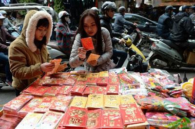 Bao đựng tiền lì xì được bày bán trước Tết ở Hà Nội hôm 18/1/2017.