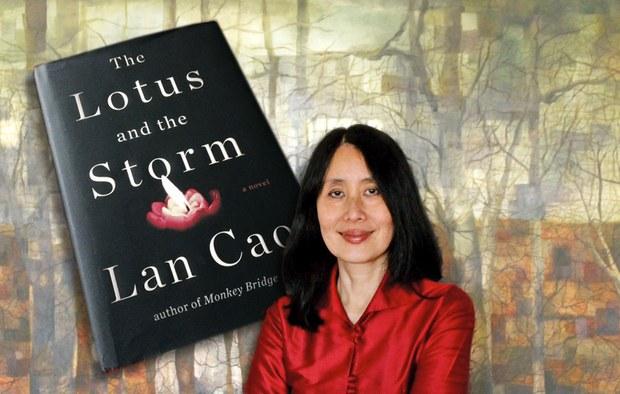 """Nhà văn nhưng Lan Cao, tốt nghiệp Yale Law School tác giả hai cuốn Monkey Bridge (Cầu Khỉ) xuất bản năm 1997 và cuốn thứ hai """"The Lotus and The Storm"""" (Hoa Sen và Bão Tố) năm 2014"""