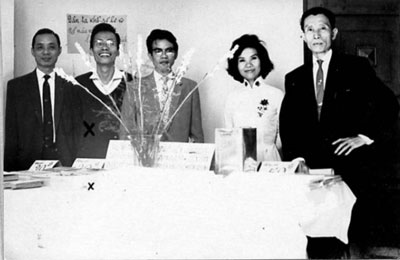 Một sinh hoạt của Văn Bút trước 1975: bán tác phẩm để cứu trợ nạn nhân bão lụt miền tây. Từ trái qua: Phạm Việt Tuyền, Nguyễn Đình Toàn, Nhật Tiến, Minh Đức Hoài Trinh, Vũ Hoàng Chương
