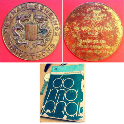 Trên là hai mặt của tấm huy chương Giải thưởng Văn Học Nghệ Thuật Toàn quốc do Tổng Thống Việt Nam Cộng Hoà sáng lập. Ông Nguyễn Đình Toàn giải chính thức tiểu thuyết (72-73) với tác phẩm Áo Mơ Phai.Dưới là bìa tác phẩm Áo Mơ Phai