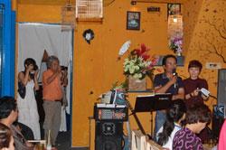 """Nhà thơ Nguyễn Hữu Hồng Minh và MC Đỗ Hải Yến tại buổi giới thiệu Tác phẩm """"Người Ăn Bóng"""" chiều 20 tháng 9 năm 2013, tại Café Indie ở TP.HCM. Courtesy nguyenhuuhongminh.com"""