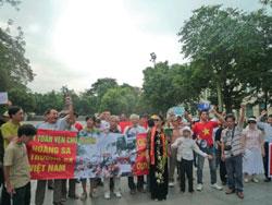 Người dân biểu tình chống Trung Quốc tập trung xung quanh tượng đài Vua Lý Thái Tổ, Hà Nội sáng 07-08-2011. Courtesy NguyenXuanDienBlog.