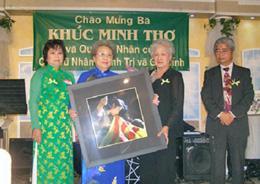 Bà Khúc Minh Thơ (thứ 2 từ trái) trong một buổi lễ của cựu tù nhân chính trị .