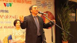 Nhà thơ Trần Đăng Khoa đọc thơ tại Trung tâm văn hóa Việt Nam tại Pháp, ảnh chụp trước đây. Photo courtesy of vov.
