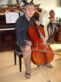 Nhà văn, nhà giáo Thái Bá Tân tại căn hộ của ông ở Hà Nội, ảnh chụp trước đây. Courtesy FB Thái Bá Tân.