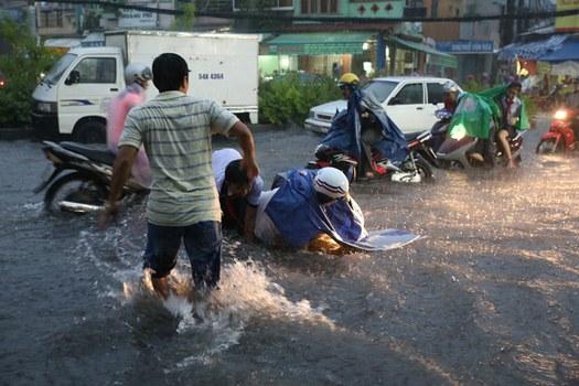 Ôtô tạo sóng đánh mạnh khiến nhiều người đi xe máy liên tục ngã.
