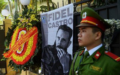 Vòng hoa của Tổng bí thư Nguyễn Phú Trọng trước Đại sứ quán Cuba tại Hà Nội hôm 28/11/2016.