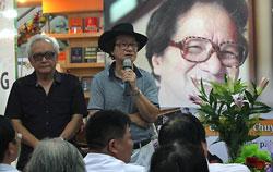Đạo diễn Trần Văn Thủy (đội mũ) và ông Lê Thanh Dũng tại buổi giới thiệu sách ở Hà Nội ngày 18/6/2013. Courtesy VOV.