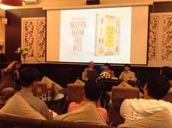 """Tác giả Trần Quang Đức tại buổi ra mắt tác phẩm nghiên cứu """"Ngàn năm áo mũ"""". Courtesy FB Trần Quang Đức."""