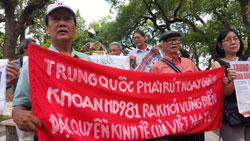 Nhà văn Tô Nhuận Vỹ (trái), nhà văn Nguyễn Đắc Xuân cùng các văn nghệ sĩ tại Huế biểu tình phản đối Trung Quốc hôm 11/5/2014. Citizen photo.