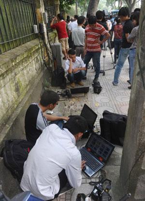 Các phóng viên Việt Nam đang làm việc ngoài trời. AFP photo
