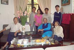 TS Nguyễn Thanh Giang và bạn hữu tại tư gia Tết 2008. File photo.