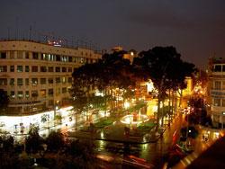 Đường Lê Lợi và Nguyễn Huệ về đêm. Photo courtesy of Wikipedia.