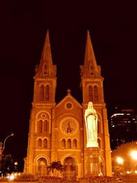 Nhà thờ Đức Bà về đêm. Photo courtesy of Wikipedia.