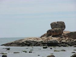 Hòn Chồng nhìn từ phía bãi tắm Cô Tiên. Photo courtesy of Wikipedia.