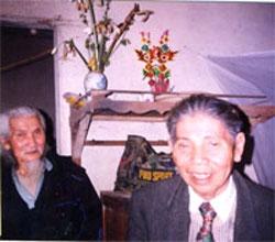 """""""Chiếc bình hoa ngày cưới thành bình hương"""" vẫn đặt trên bàn thờ. Hình của Nhạc sĩ Trịnh Hưng."""