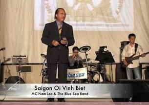 Nam Lộc đang trình diễn bài Saigon ơi vĩnh biệt