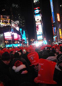 Quang cảnh đón Năm Mới Dương Lịch tại Times Square.  Photo courtesy of Wikipedia.