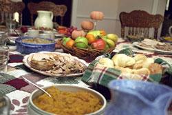 Bữa tiệc truyền thống trong ngày Lễ Tạ Ơn. Photo courtesy of Wikipedia.