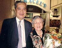 Nhạc sĩ Thanh Sơn và vợ. (Hình của Voice Of America)