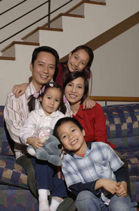 Gia đình ca sĩ Mỹ Linh. Photo courtesy of vietbao