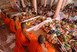 Lễ dâng cơm Tết Chôl Chnăm Thmây. Photo courtesy of Báo Giáo dục & Thời đại.