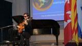 Nhạc sĩ Nguyễn Đức Đạt trong một buổi trình diễn tại Canada