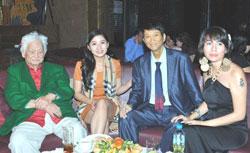 Ca sĩ Duy Quang trong tiệc sinh nhật lần thứ 62 hôm 04/11/2012 tại Saigon. Photo courtesy of ngoisao.net