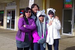Cặp vợ chồng nghệ sĩ Phương Thảo - Ngọc Lễ và hai con gái tại Eden Center ở Virginia, Hoa Kỳ. Photo courtesy of Mẹ yêu bé.
