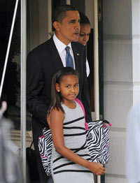 Tổng thống Hoa Kỳ Barack Obama, phu nhân Michelle cùng con gái Sasha hôm 27/5/2010 tại Nhà Trắng. AFP PHOTO/Mandel NGAN