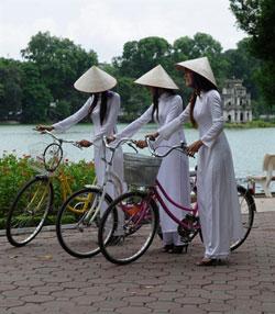 Các nữ sinh trung học ở Hà Nội. AFP PHOTO.