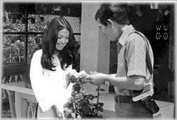 Nghệ sĩ Thanh Lan với vai Cô hàng hoa cùng diễn viên Ngọc Phu trong Phim hài Xóm Tôi (1974). Courtesy FB Nghệ sĩ Thanh Lan.