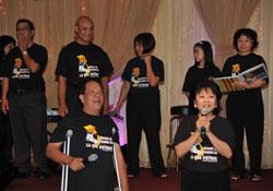 Ca nhạc sĩ Việt Dzũng trong một bữa tiệc gây quỹ cùng Phong trào Hưng ca hồi năm 2011 tại Orange County, California. Photo courtesy of Hưng ca VN.